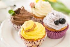Sélection des petits gâteaux colorés, fond blanc photographie stock libre de droits