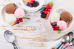 Sélection des scoops colorés de crème glacée dans des cuvettes blanches Photographie stock libre de droits