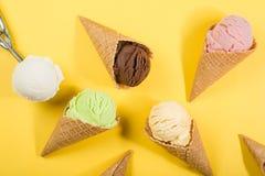 Sélection des scoops colorés de crème glacée sur le fond jaune images libres de droits