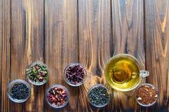 Sélection des thés assortis dans de petites cuvettes transparentes sur le fond naturel photo libre de droits