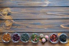 Sélection des thés assortis dans de petites cuvettes transparentes sur le fond naturel image stock