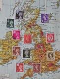 Sélection des timbres-poste de gigaoctet au-dessus de vieille carte Image stock