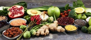 Sélection propre de consommation de nourriture saine fruit, légume, graines, superfood, céréales, légume-feuille sur le fond rust photo stock