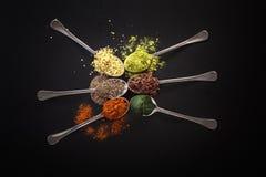 Sélection superbe de nourriture biologique de nourriture dans la cuillère Image libre de droits
