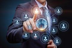 Sélectionner un profil de candidat sur un écran virtuel photo stock