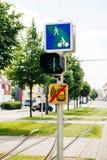 Sémaphore de tramway avec l'instruction aux cyclistes dans la ville verte urbaine Images libres de droits