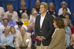 Sénateur et Mme John Kerry ondulant du dos de l'arrêt de sifflement Kerry exprès à travers le train de l'Amérique, Gallup, nanomè Images libres de droits