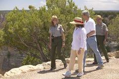 Sénateur et Mme John Kerry ondulant du dos de l'arrêt de sifflement Kerry exprès à travers le train de l'Amérique, Gallup, nanomè Image stock