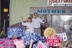 Sénateur et Mme John Kerry ondulant du dos de l'arrêt de sifflement Kerry exprès à travers le train de l'Amérique, Gallup, nanomè Images stock