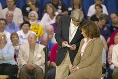 Sénateur et Mme John Kerry ondulant du dos de l'arrêt de sifflement Kerry exprès à travers le train de l'Amérique, Gallup, nanomè Photographie stock libre de droits