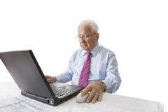 Sénior com computador portátil Fotos de Stock Royalty Free