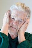 Sénior com dor de cabeça foto de stock