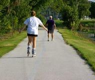 Sénior e jovens que exercitam junto Fotografia de Stock Royalty Free