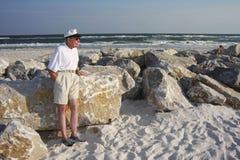 Sénior na praia Imagem de Stock Royalty Free