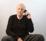 Sénior no telefone sem corda Imagens de Stock Royalty Free