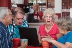 Séniores chocados com portátil Imagem de Stock Royalty Free