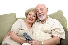 Séniores que apreciam a televisão fotos de stock royalty free