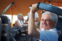 Séniores que fazem o treinamento do peso Imagem de Stock