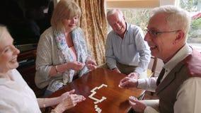 Séniores que jogam dominós video estoque