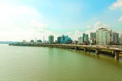 SÉOUL, CORÉE - 14 AOÛT 2015 : Affaires et zone résidentielle près de rivière Han avec la route de route à côté de elle - Séoul, C Image libre de droits