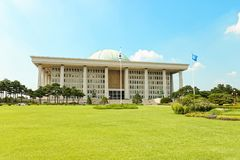 SÉOUL, CORÉE - 14 AOÛT 2015 : Capitol sud-coréen - Assemblée nationale Hall de marche à suivre - situé sur l'île de Yeouido - Séo Images libres de droits