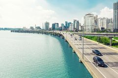 SÉOUL, CORÉE - 14 AOÛT 2015 : Divisez en lots le ` s des voitures passant la route de route le long du fleuve Han avec les affair Images stock