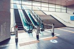 SÉOUL, CORÉE - 12 AOÛT 2015 : L'escalier d'escalators d'une de stations de métro sort à Séoul, Corée du Sud Photo libre de droits