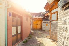 SÉOUL, CORÉE - 9 AOÛT 2015 : Maisons uniques à la région resedential de village de Seochon Hanok - Séoul, Corée du Sud Image libre de droits
