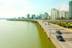 SÉOUL, CORÉE - 14 AOÛT 2015 : Route de route le long de rivière Han avec des affaires et la zone résidentielle près de elle - Séo Photographie stock libre de droits