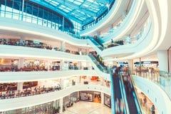 SÉOUL, CORÉE DU SUD - 17 AOÛT 2015 : Un bon nombre de gens se déplaçant en haut et en bas tout en faisant shoping dedans photo stock
