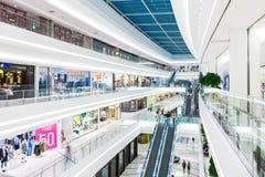 SÉOUL, CORÉE DU SUD - 17 AOÛT 2015 : Un bon nombre de gens se déplaçant ici et là tout en faisant shoping dedans photo libre de droits
