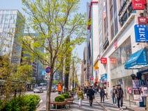 SÉOUL, CORÉE DU SUD - 17 AVRIL 2018 : La station de métro au centre des villes asiatiques dans les achats populaires de secteur d photographie stock libre de droits