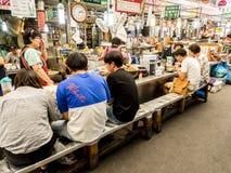 Séoul, Corée du Sud - 21 juin 2017 : Les gens mangeant de la nourriture coréenne savoureuse au marché de Gwangjang à Séoul photographie stock