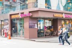 Séoul, Corée du Sud - 8 mars 2016 : Extérieur de boutique de butées toriques de Dunkin Image libre de droits