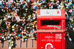 Séoul, Corée du Sud - 8 octobre 2014 : Le plan rapproché d'une boîte rouge de courrier de lettre dans la zone clé d'amour de serr Photos libres de droits