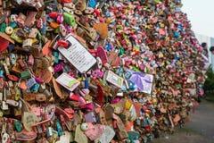Séoul, Corée du Sud - vers en septembre 2015 : Les serrures avec des amants et les noms de couples autour de Namsan dominent, Séo Photographie stock libre de droits