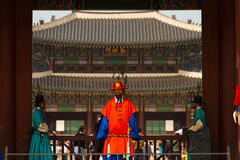 Fin rouge de garde d'entrée de palais de Gyeongbokgung Photographie stock