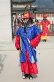 Séoul, la Corée du Sud s'est le 13 janvier 2016 habillé dans des costumes traditionnels de porte de Gwanghwamun des gardes de pal Photos stock