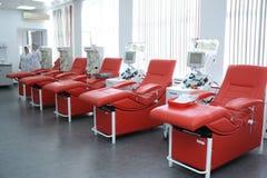 Séparant l'appareil et les daybeds réglés à la station municipale de transfusion sanguine de ville photographie stock