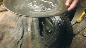 Séparation minérale de Digger Showing The Results Of d'or par la cuisson aux touristes curieux banque de vidéos