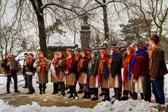 Séptimos villancicos étnicos de la Navidad del festival en el pueblo viejo fotografía de archivo libre de regalías