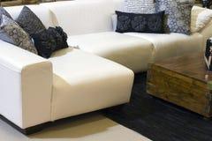 Série branca da sala de estar dos desenhadores com coxins Imagens de Stock Royalty Free