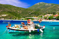 Série colorée traditionnelle de la Grèce - petit village de pêche et b image stock
