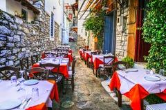 Série colorée traditionnelle de la Grèce, tavernes en vieille île de skiathos de rues photos stock