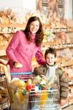 Série d'achats - femme et enfant heureux image stock