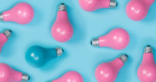 Série d'ampoules roses peintes avec celle  photographie stock libre de droits
