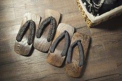 Série d'Onsen : Sandales en bois sur le plancher en bois Image stock