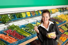 Série da compra - salada de compra da mulher de negócio Foto de Stock Royalty Free