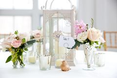 Série da decoração da tabela do casamento - ramalhete do rosa e o branco das flores em uns vasos fotografia de stock royalty free