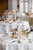 Série da decoração da tabela do casamento - tabelas ajustadas para o copo de água imagem de stock royalty free